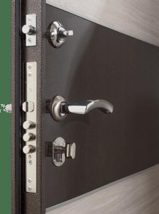 входная дверь с замком, цилиндром, задвижкой, дверной ручкой